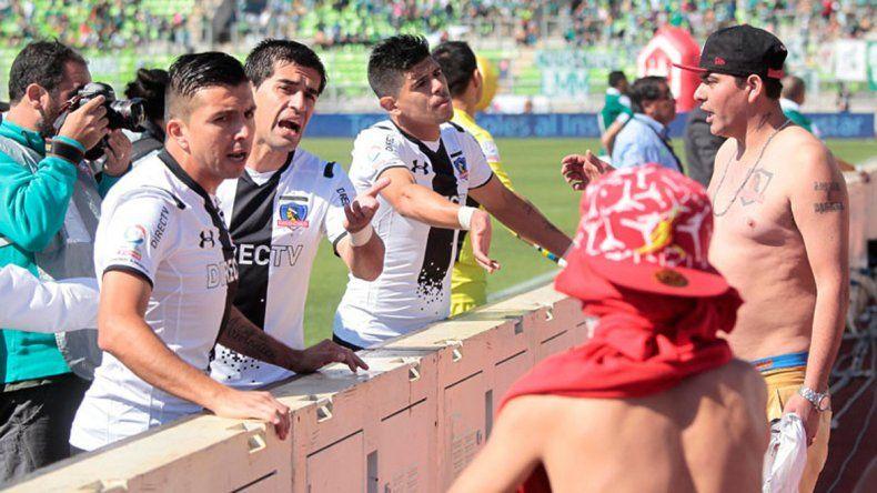 Los jugadores de Colo-Colo intentando disuadir a los barras.