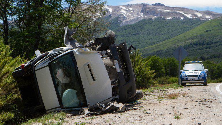 La Toyota Hilux terminó volcada en la banquina después de ser impactada por la Renault Kangoo de Blanco.