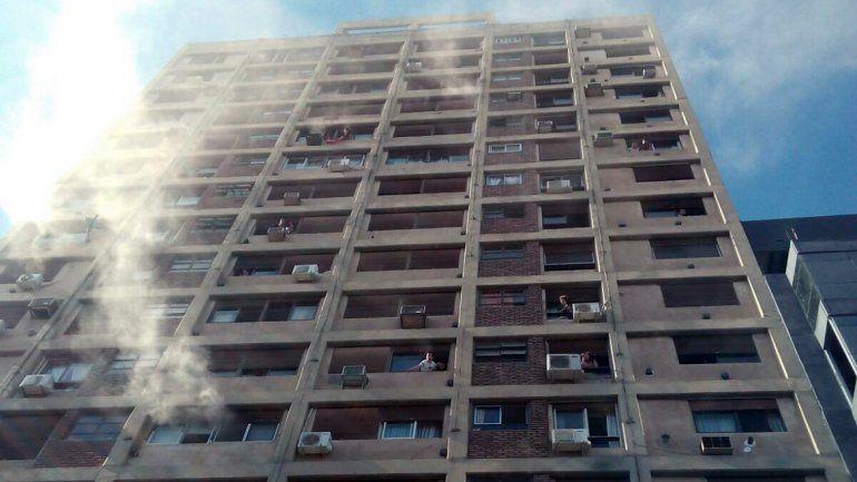 Algunas personas quedaron atrapadas en el edificio.
