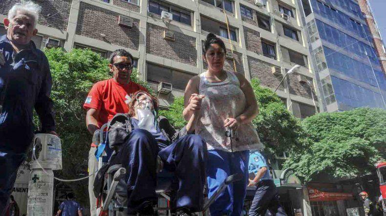 Los afectados tras el incendio fueron asistidos de urgencia por personal médico en la vía pública.