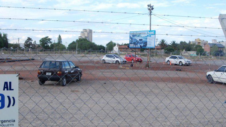 Cisterna y cuatro cómplices desmantelaron varios autos del depósito municipal.