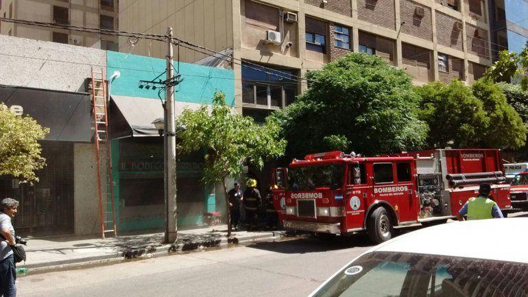 El restaurante está ubicado abajo de la torre que ayer por la mañana se incendió.