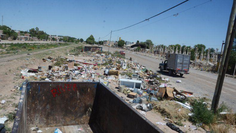 Se han visto camiones de fletes y camionetas arrojando basura.