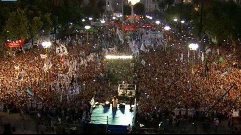Cristina habla frente a una Plaza de Mayo repleta de militantes.