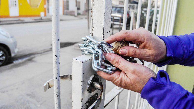 Una cadena con candado para marcar la vivienda a robar.