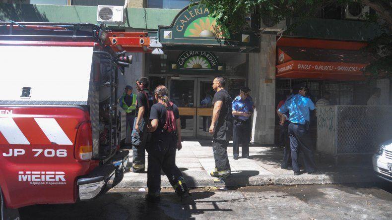 Un joven se cayó del décimo piso y perdió la vida en el acto. Al menos 50 vecinos fueron asistidos por personal médico.