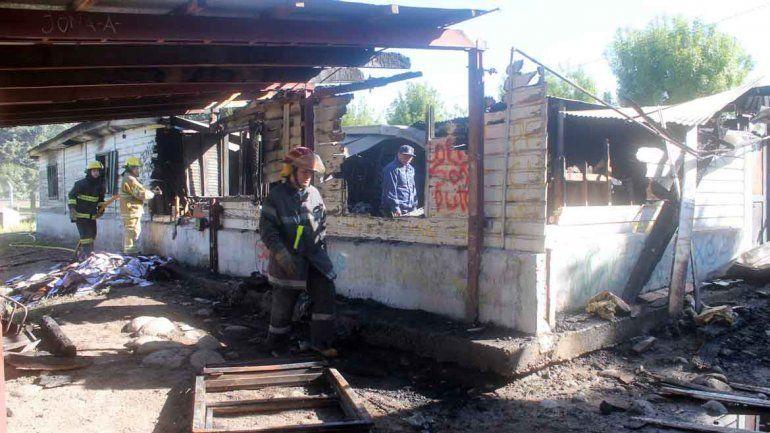 Un incendio destruyó el depósito de un colegio