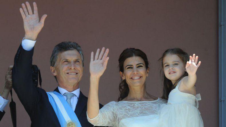 Mauricio Macri junto a su esposa y pequeña hija en el balcón de la Casa Rosada.