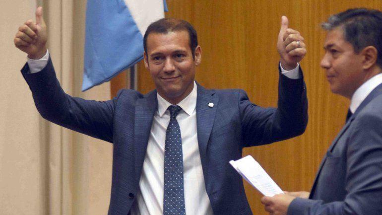Omar Gutiérrez llegó al recinto de la Legislatura cerca de las 11 para tomar juramento como gobernador. Estuvo acompañado por su vice