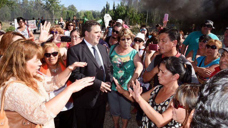 Peressini juró tras los incidentes con empleados municipales que reclamaron el pago de sus haberes.