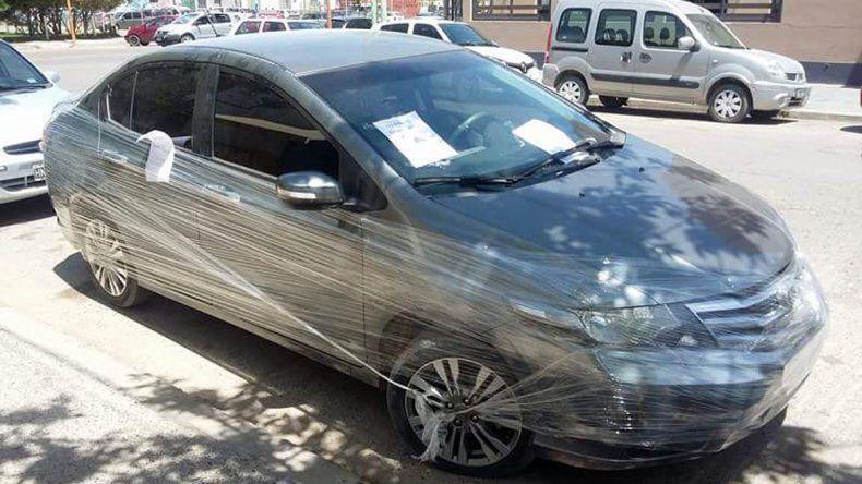 El auto terminó envuelto en papel film.