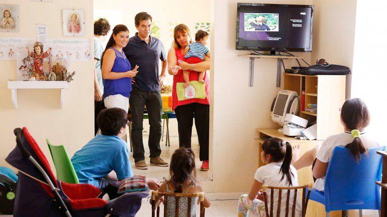 El ministro Alcaraz visitó hogares de niños.