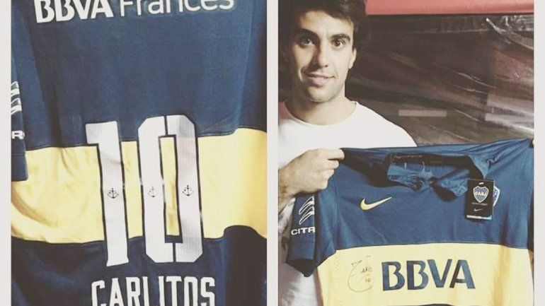 Los fanáticos se hicieron presentes en el Monumento para festejar su día. El piloto cipoleño Manu Urcera adhirió a la celebración y publicó una imagen con la camiseta que le autografió Tevez.