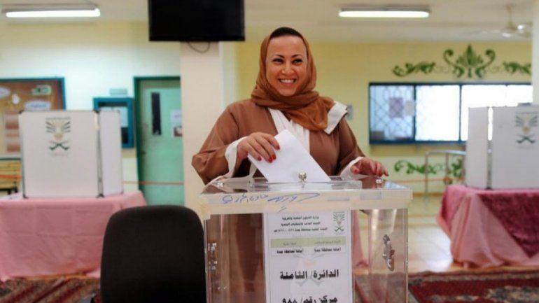 Una mujer saudí votando el sábado por primera vez en su vida.