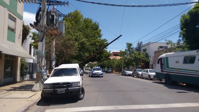 Por el viento, se cayó un poste de luz en pleno centro
