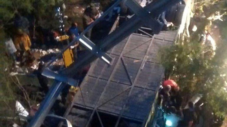El estado en el que quedó el ómnibus en el que viajaban los efectivos de la fuerza de seguridad. Es un desastre