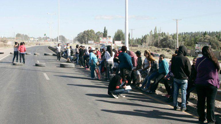 Los manifestantes se identificaron como afiliados al MPN y bloquearon el tránsito en la zona de El Picadero.