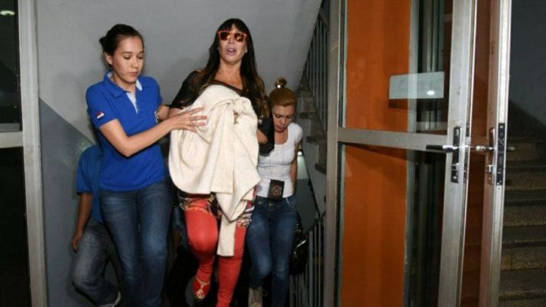La one llegó a Asunción en un vuelo privado junto a su abogado.