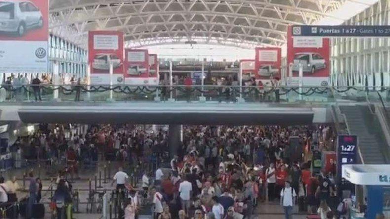 Los hinchas de River coparon Ezeiza a puro cántico a la espera del vuelo hacia Japón.