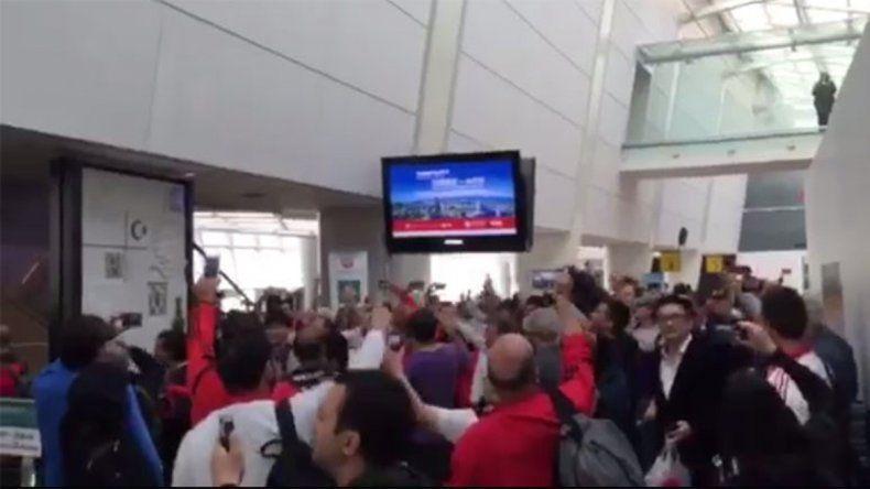 También en el aeropuerto de Nueva York hubo caravana millonaria rumbo al Mundial.