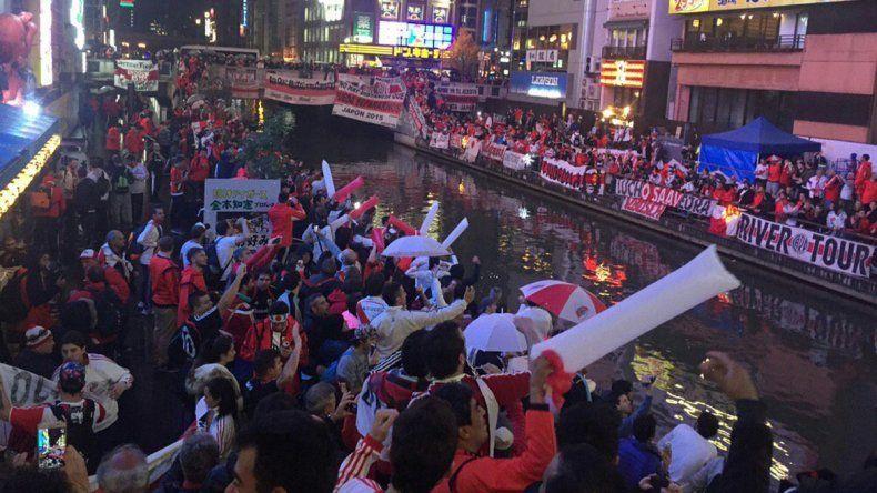 Multitudinario banderazo en Japón: más de siete mil hinchas de River coparon las calles de Osaka