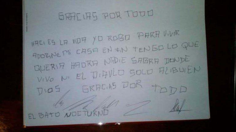 Una de las cartas que el Gato Nocturno dejó en un domicilio que visitó.