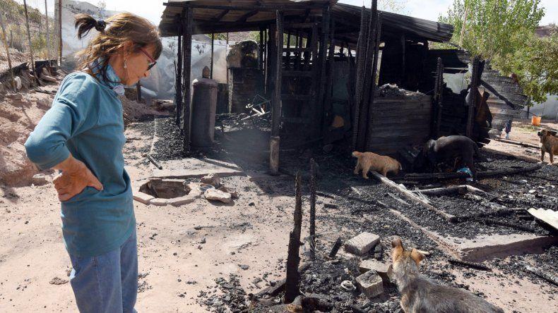 Delia mira con resignación y tristeza los restos de una de sus mascotas carbonizadas.