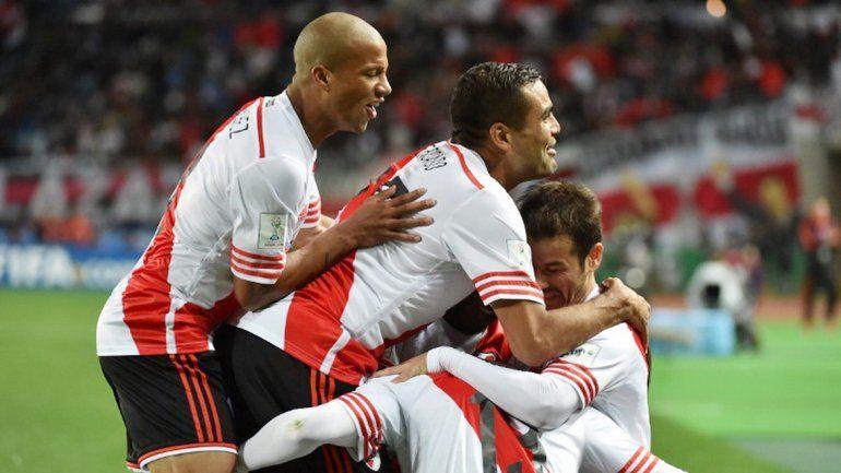 Todos abrazan a Alario por el gol del triunfo. El Millo ya está en la gran definición del Mundial de Clubes.