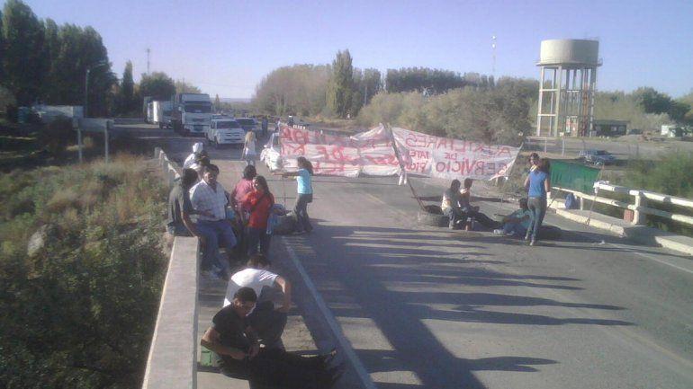 Municipales de Picún Leufú bloquean el tránsito sobre la Ruta 237