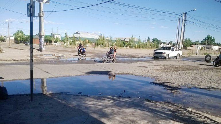 Las pérdidas de agua crearon un pozo que los vecinos taparon con una cubierta de camión.