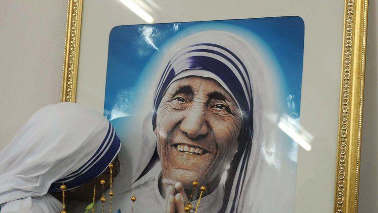 Una misionera de la caridad besa un retrato de la madre Teresa.