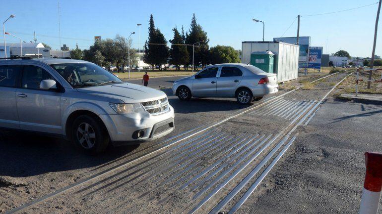 Se recomienda mirar antes de cruzar para evitar accidentes en los cruces ferroviarios
