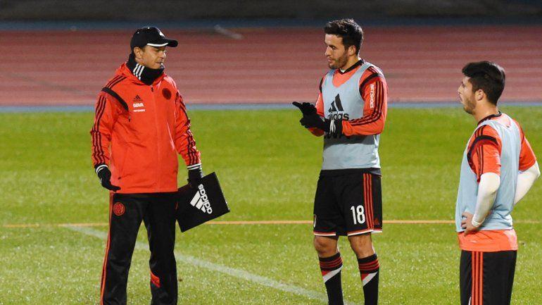Gallardo dialoga con los jugadores. El Muñeco debe optar.