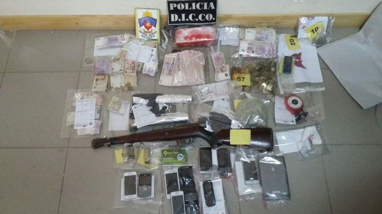 Detienen a tres hombres y una mujer con un kilo de marihuana y más de 50 mil pesos