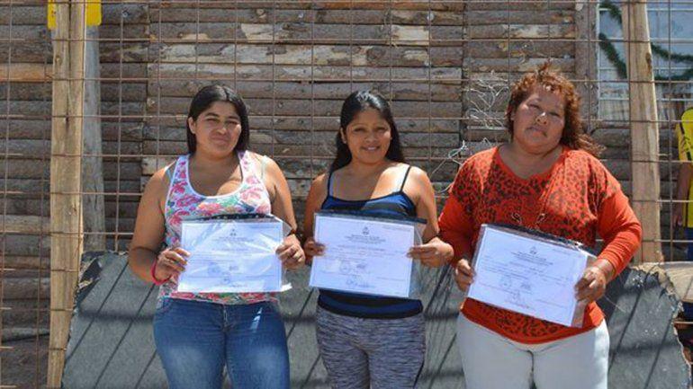 Ya son 13 los adultos que se recibieron en La Escuelita de la toma 7 de Mayo
