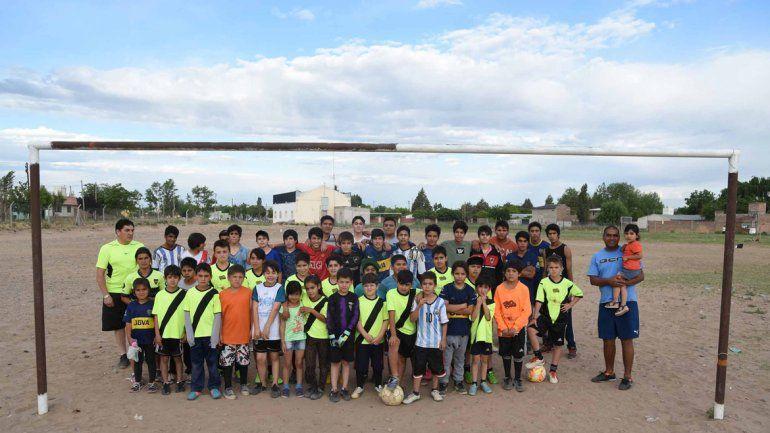 La escuelita de fútbol de Senillosa también tiene un merendero para los chicos.