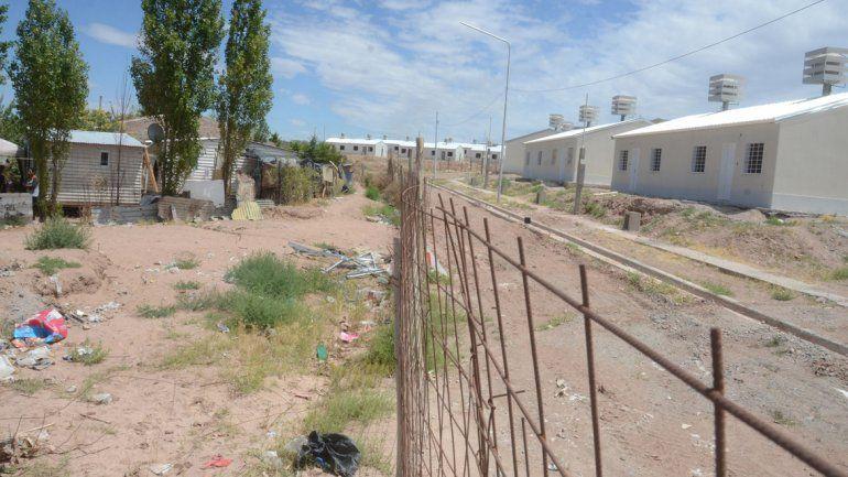 Los ranchos contrastan con las casas del plan de viviendas. Para los vecinos