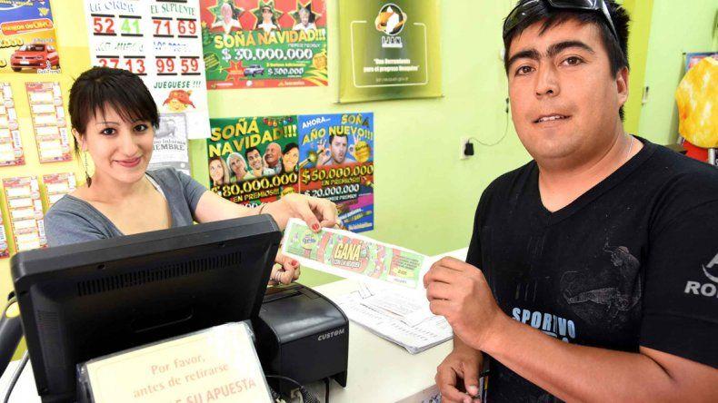 Le dan la bienvenida. En la agencia 141 varios habitués probaron suerte con el código del diario de los lunes.