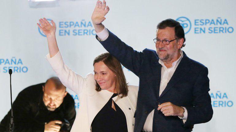 Mariano Rajoy celebra anoche el triunfo estrecho sobre el PSOE y el partido Podemos. Lo auguraban los sondeos.