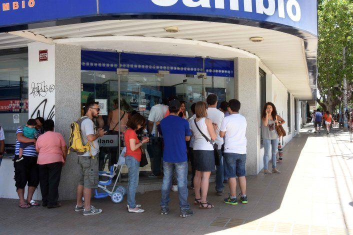 Largas colas en los bancos y casas de cambio de Neuquén para comprar dólares