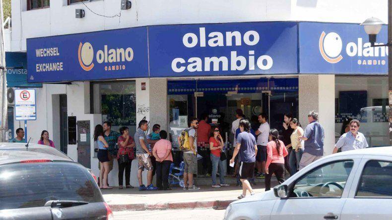 Las casas de cambio y los bancos registraron mucha afluencia de gente ayer por la mañana en la ciudad.