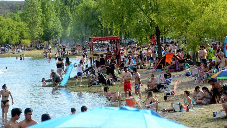 Los neuquinos disfrutaron del calor en los balnearios de la capital
