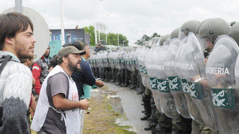 Trabajadores vs. gendarmes.