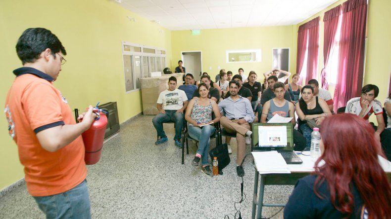 Doce comerciantes se capacitaron con Defensa Civil para obtener la licencia.