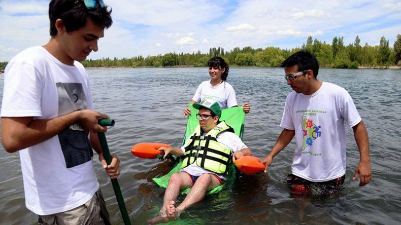 La silla permite que personas con discapacidad puedan disfrutar de los ríos y lagos.