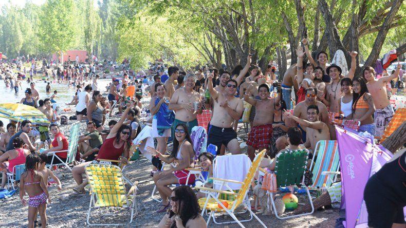 El balneario Gatica recibió a miles de neuquinos que fueron a buscar un poco de alivio en el río.