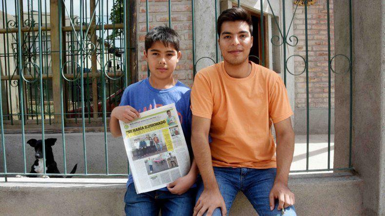 Marcos y su hermano Sergio. Consiguió botines y abriga esperanzas.