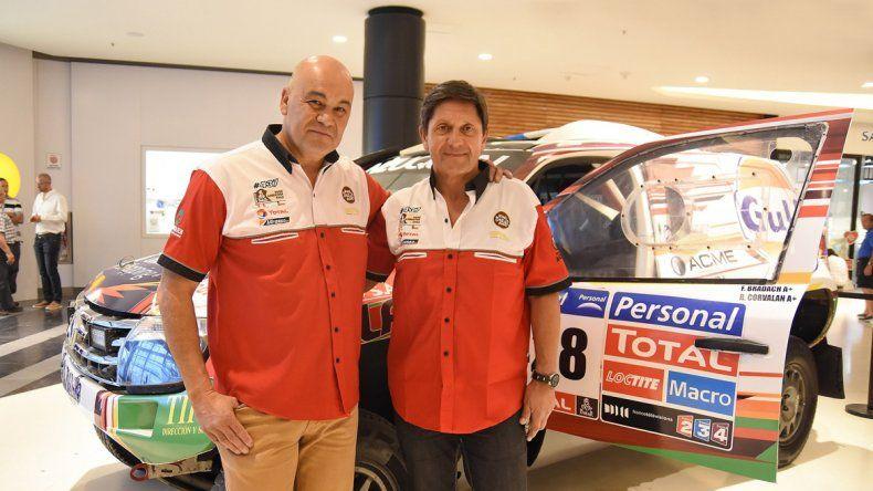 Roberto Corvalán y Fernando Bradach con la Duster lista para salir. l
