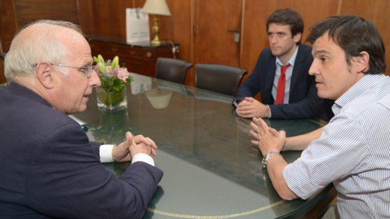 José Brillo reunido con productores afectados por el granizo.