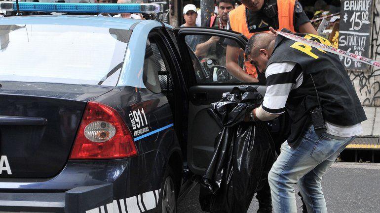 Un policía con los restos humanos hallados en el centro porteño.